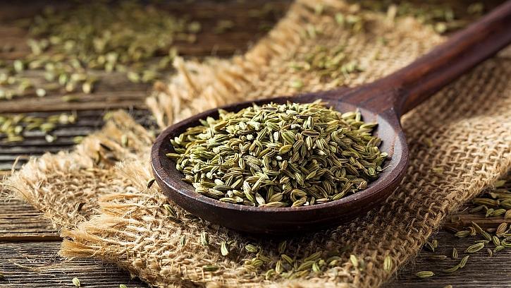 Semena fenyklu podporují trávení, pomáhají při nadýmání a plynatosti, jemně působí proti bolení bříška u kojenců