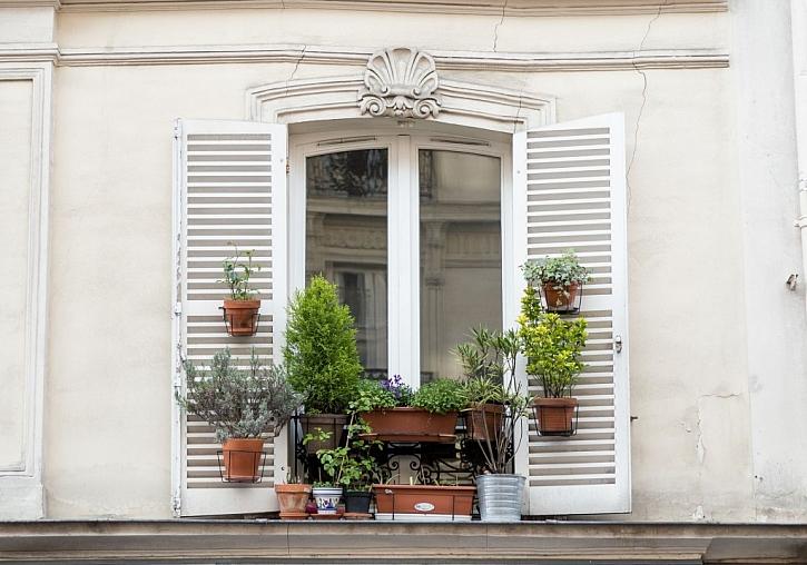 Impregnace má smysl na návětrné straně, kde často dopadá déšť na okna
