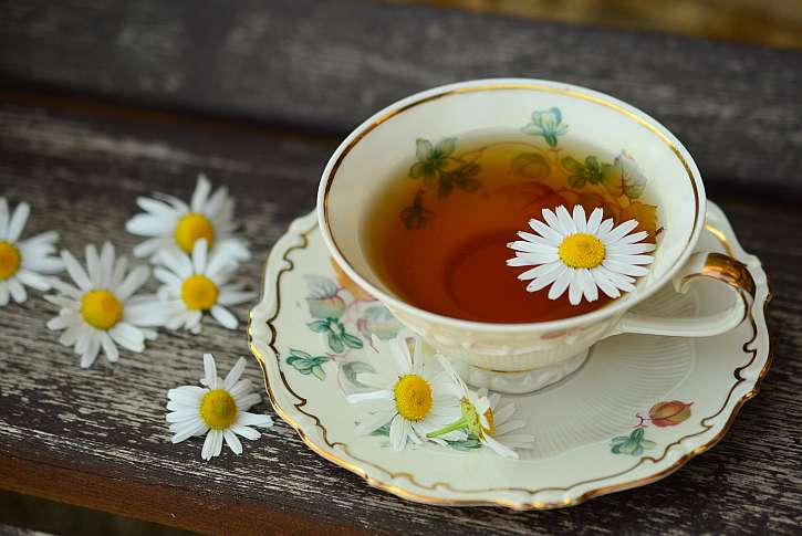 Hrnek čaje s květinami