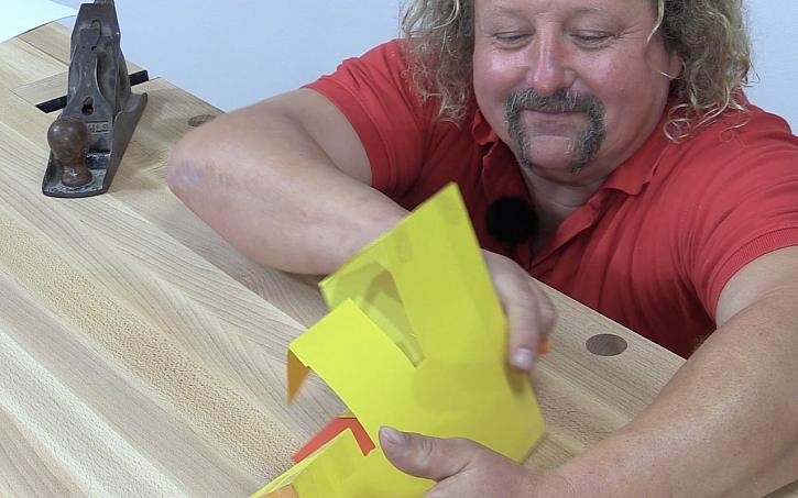 Pavel Kutil Zeman vyrábí cenu Effie: než se vrhne na výrobu, vyrobí si maketu z papíru.