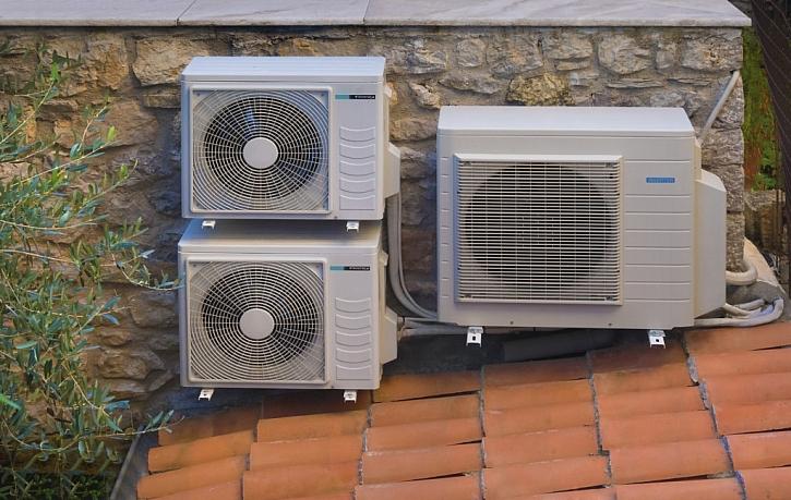 Venkovní jednotky klimatizace a tepelného čerpadla na střeše