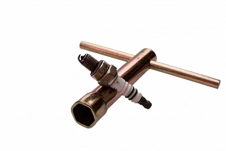 Trubkový klíč využijete při výměně svíčky v autě