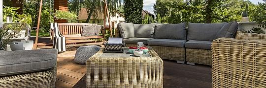 Zahradní nábytek pod pergolu pro pohodlné posezení