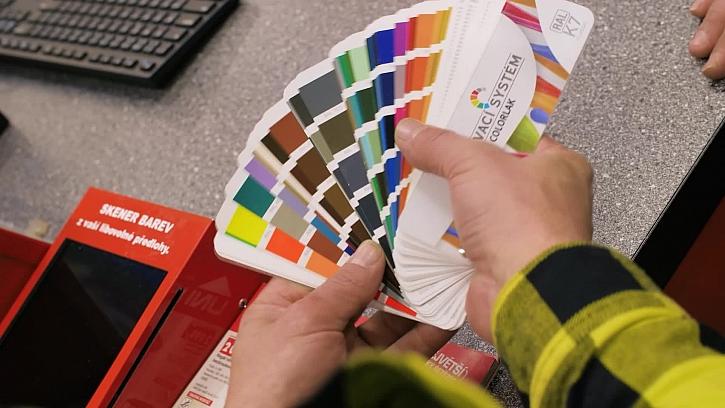 Pepa dostal úkol vybrat barvy na nátěr dřeva a tak pro ně zajel do UNIHOBBY