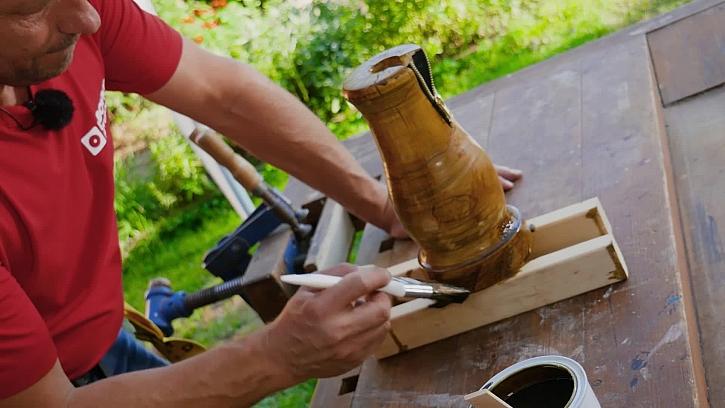 Pepa Libický vyrábí designovou vázu na zip