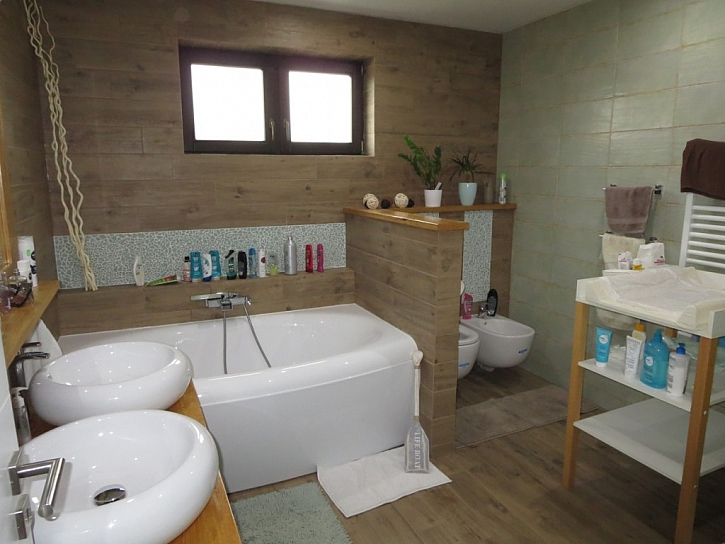 Koupelna je vytápěná topnými kabely ECOFLOOR instalovanými pod keramickou dlažbu.