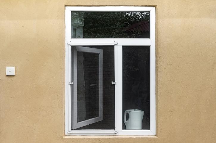 Sítě proti létajícímu hmyzu do oken a dveří