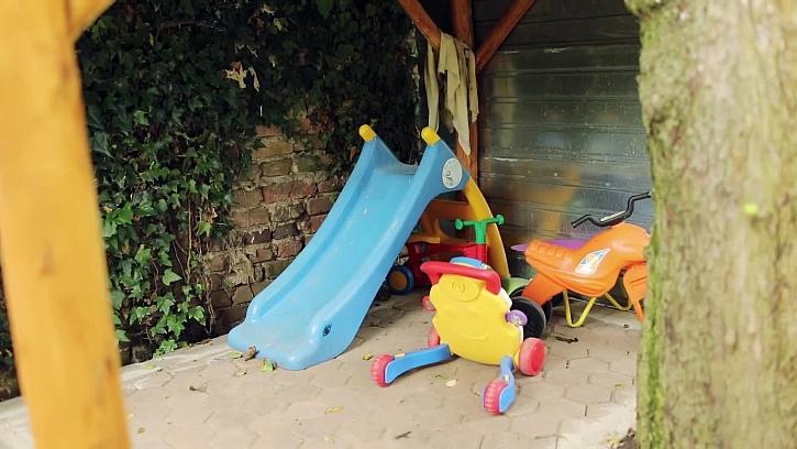 Plastové hračky pod domečkem