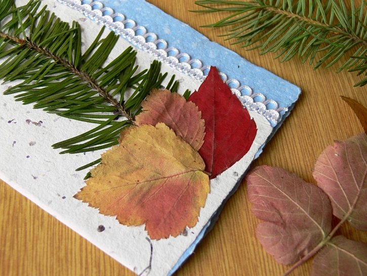 Výroba přáníčka z ručního papíru
