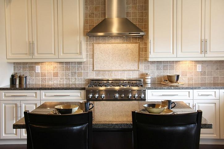 Odsavač par v kuchyni usnadní odtah pachů a vlhkosti