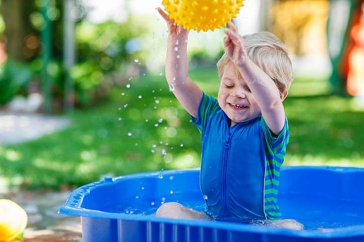 Dítě v bazénku