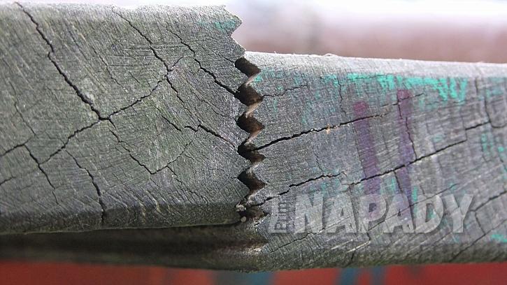 Prasklé spoje širokých dubových prken před renovací