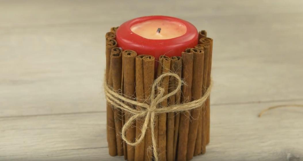 Vánoční svícen s vůní skořice: Rychlá dekorace na sváteční stůl
