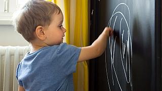 Domácí tabule aneb Jak dětem vykouzlit koutek, kde si mohou beztrestně malovat