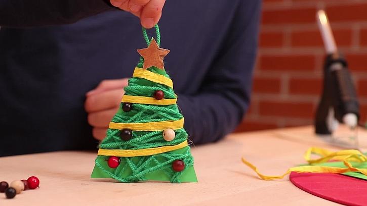 Papírový stromeček s vlněnou přízí bude hezkou památkou na dětské tvoření (Zdroj: PRIMA DOMA)