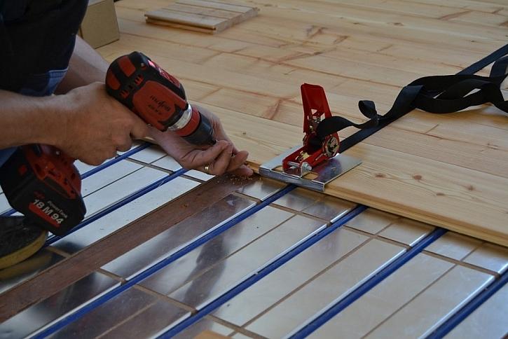 Pokládku dřevěné podlahy na podlahové topení by měla vždy provádět odborná firma či profesionální podlahář.