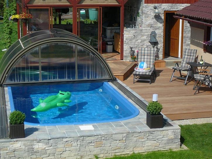 I polozapuštěný bazén může vypadat luxusně