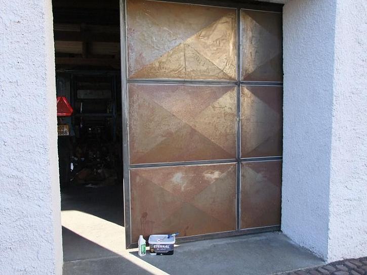 Renovace a nátěr starých garážových vrat – návod