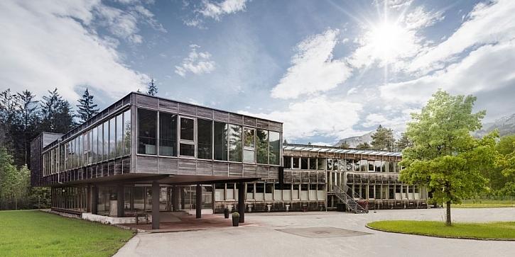 Typický příklad pasivního domu ze dřeva v moderním stylu ve dne...