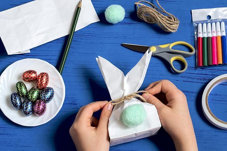 Výroba velikonočního zajíčka plného sladkostí (Zdroj: Depositphotos)