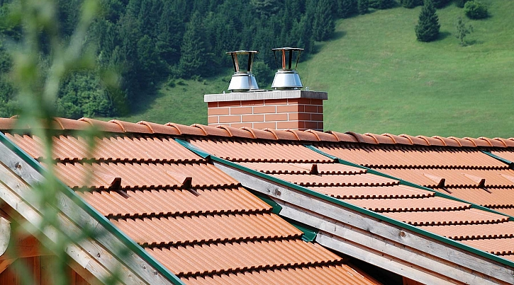 Bezpečný prostup komína střešní konstrukcí má svá pravidla (Zdroj: Schiedel)