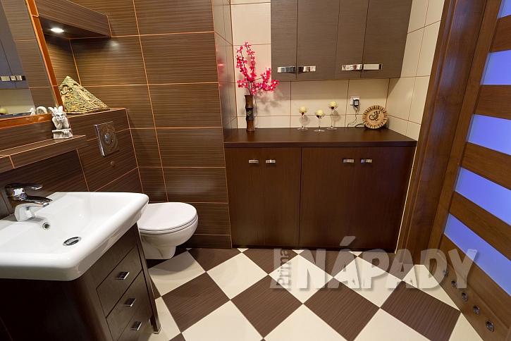 Koupelna v hnědé a krémové barvě