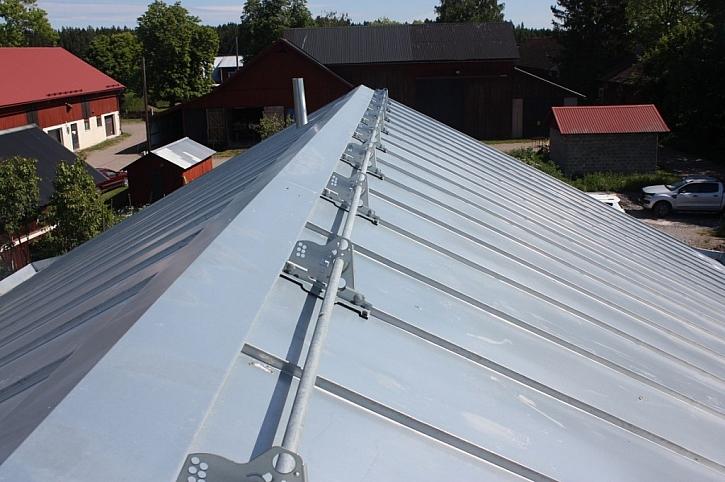 Povrchová úprava Lindab Magestic i na stojatých drážkách střešních krytin Lindab