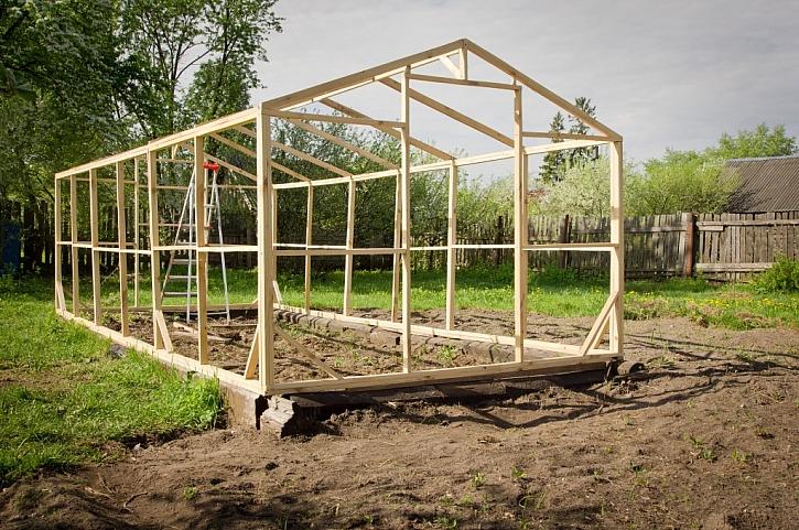 Stavba skleníku svépomocí s využitím dřevěných hranolů jako konstrukce