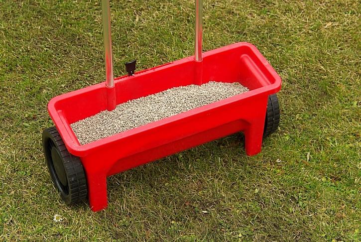Praktické, ručně tlačené rozmetadlo pro hnojení trávníku