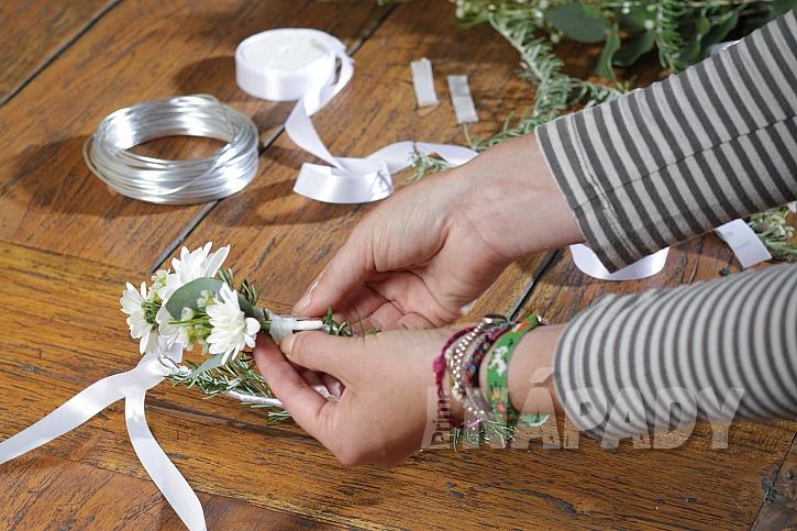 Jak uvít květinový věneček nejen pro družičky 7