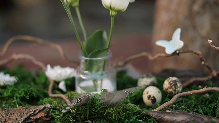 Vychytaná výzdoba na stůl s názvem Jaro na prkýnku