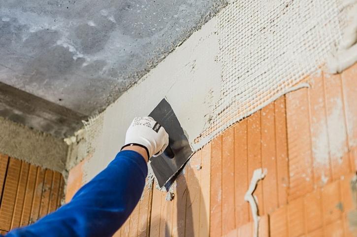 Ruční nanášení sádrové omítky zvládnou i zkušenější svépomocní stavebníci