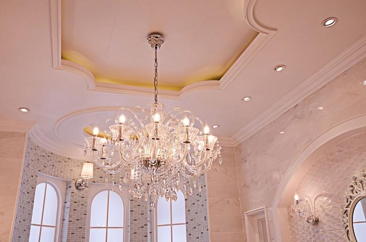 Těžký křišťálový lustr vyžaduje i pevný a nosný strop