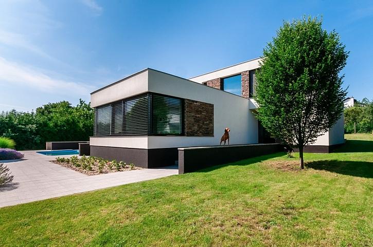 Velkoformátová okna s PVC profily Eforte a předokenními žaluziemi Climax