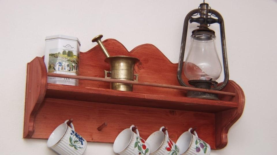 Jak si udělat vyřezávanou selskou poličku třeba na kafemlýnek a hrnečky po babičce