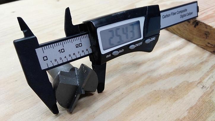 Pomůže měřítko z odolného plastu s digitálním displejem