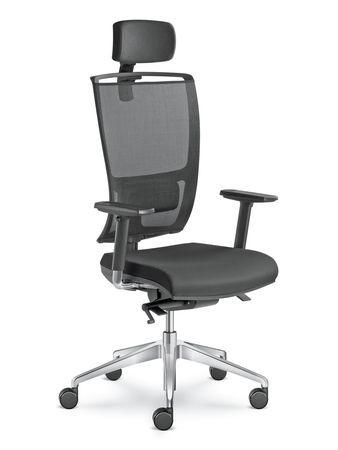 Kvalitní pracovní židle má mít i područky a bederní a hlavovou opěrku.