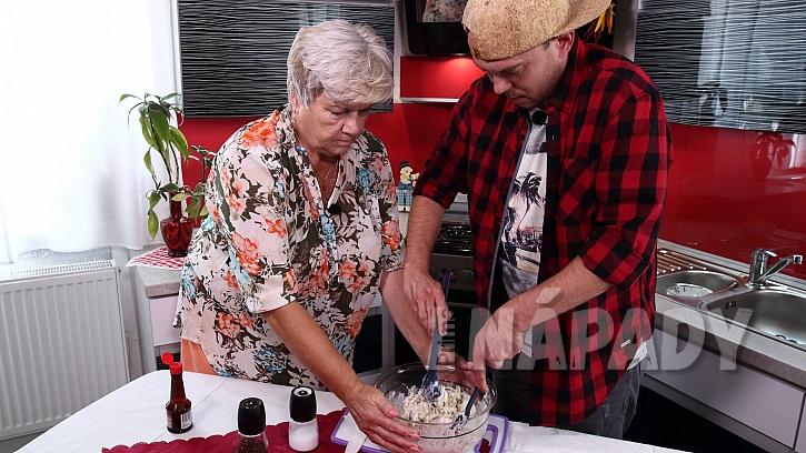 Recept na kuřecí salát: masovou směs smícháme se zálivkou