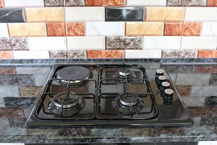 Při vaření často postříkáte dlaždičky mastnotou. Tu pak odstraníte například louhem. (Zdroj: Pixaby)