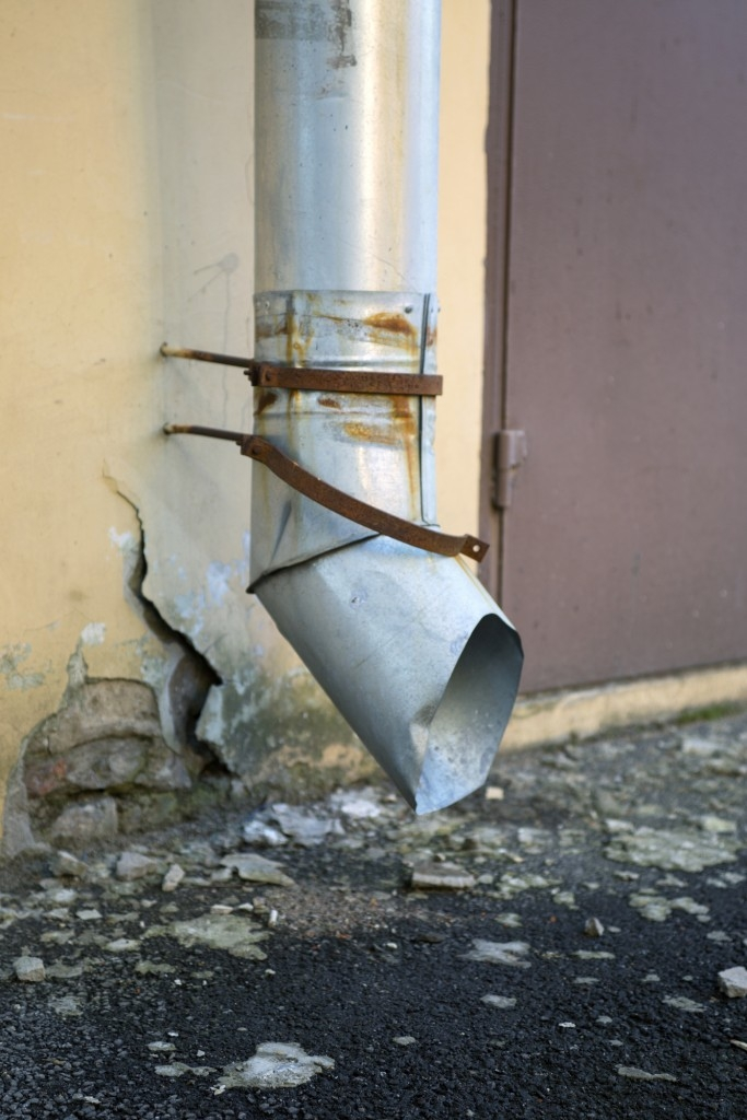 Prasklé okapové potrubí může časem také vážně poškodit zeď domu