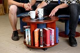 Našli jste starou cívku na kabely? Vyrobte si z ní praktický a stylový stolek!