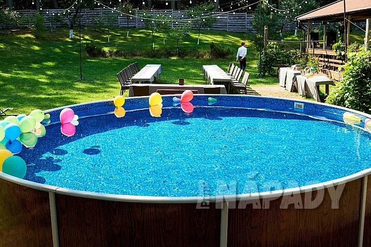 I vnější stěna volně stojícího bazénu může být v různém dekoru