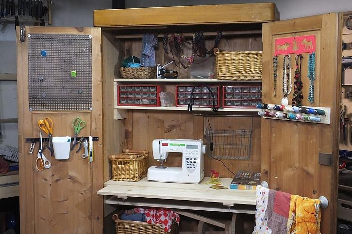 Starou skříň je možné využít jako praktický koutek pro tvoření (Zdroj: HobbyPRstudio)