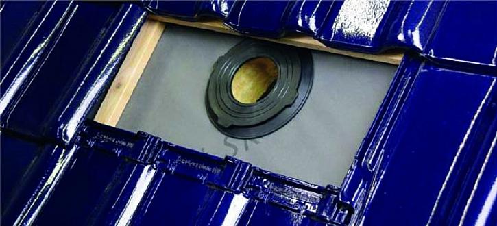 Dokonalou vodotěsnost střechy v oblasti prostupu fólií zajistí nová těsnicí manžeta