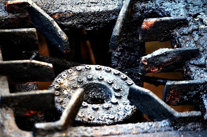 Na mastnotu a připáleniny na hořáku plynového sporáku platí ocet a soda. (Zdroj: Pixabay)