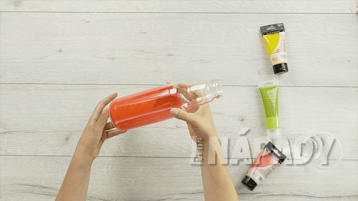 Barevná váza ze skleněné láhve aneb Vyberte si barvu dekorace podle vlastního vkusu 2