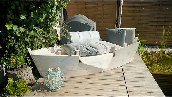 Malebný kout s jezírkem podtrhne stylové sofa ve tvaru loďky (Zdroj: Prima DOMA)