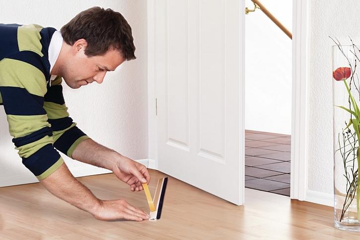 3) Odstraňte krycí papír lepidla