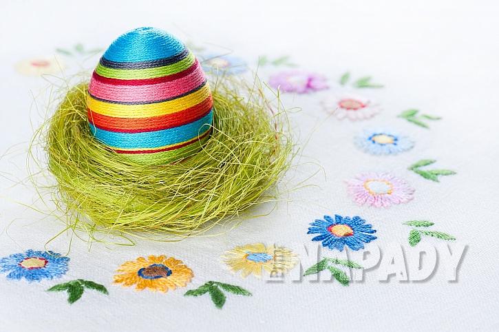 Velikonoční dekorace z vajíčka a bavlnky (Zdroj: Depositphotos.com)
