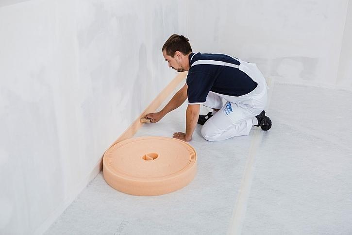 2) K obvodovým stěnám přisponkujeme nebo přilepíme okrajový pásek z důvodu dilatace.